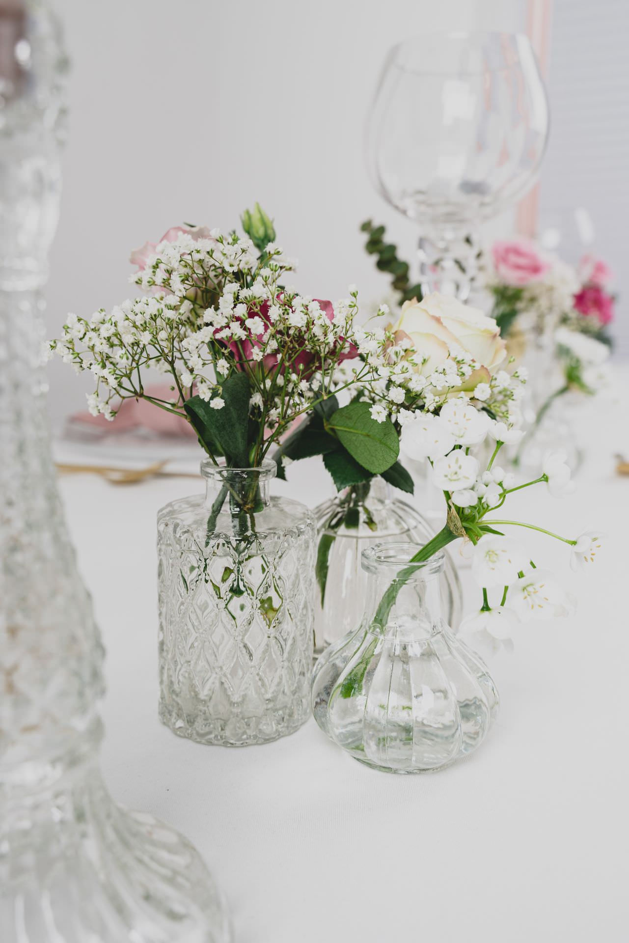 kleine Vasen aus Glas unterschiedlich geschliffen kann im Dekoverleih schön anders gemietet werden